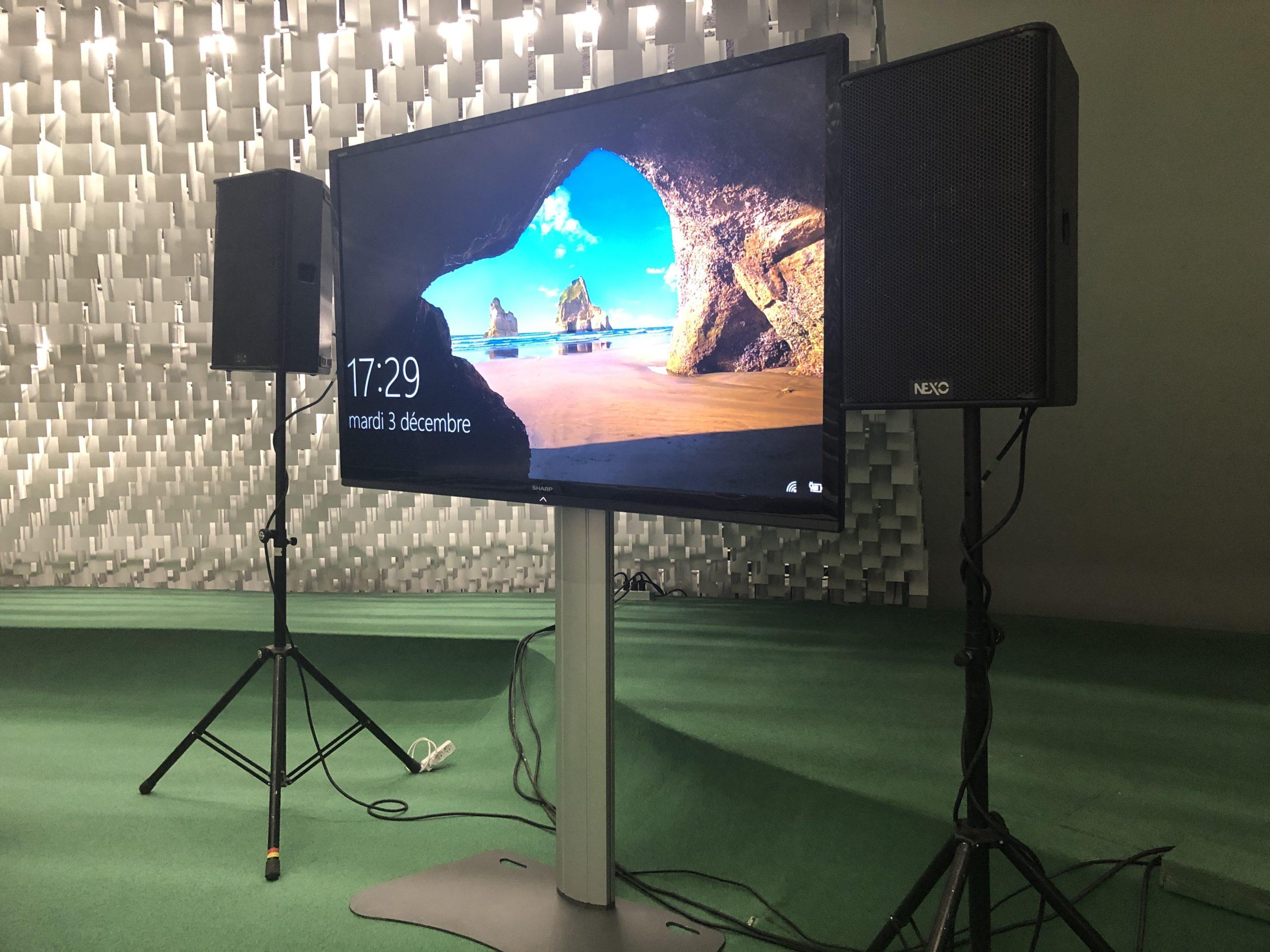 coupole avec deux écrans et sonorisationEcran et sonorisation